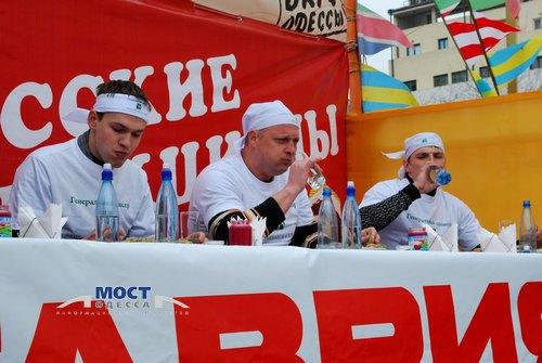 Чемпионат по скоростному поеданию фаршированной рыбы